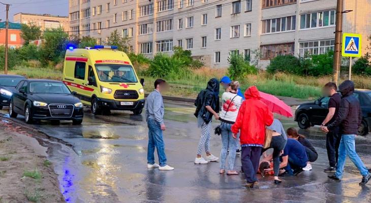 «Отвезли на реанимобиле»: в Волжске на переходе сбили девушку