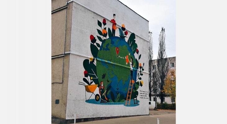 Фасад Дворца молодежи в Йошкар-Оле заиграл новыми красками