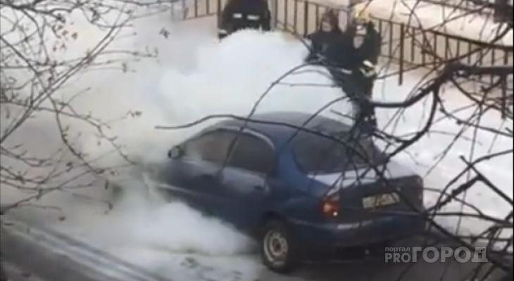 В Йошкар-Оле пожарные тушили вспыхнувшую иномарку (ВИДЕО)