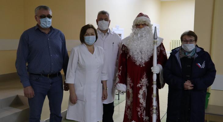 Дед Мороз с общественниками поздравил маленьких пациентов Йошкар-Олы