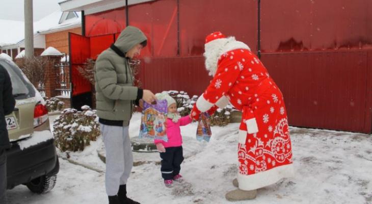 В Йошкар-Оле дети медиков получили от волонтеров новогодние подарки