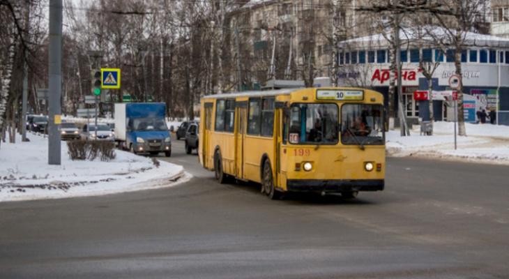 Водителям троллейбуса приходится ходить по салону и обилечивать вместо кондукторов