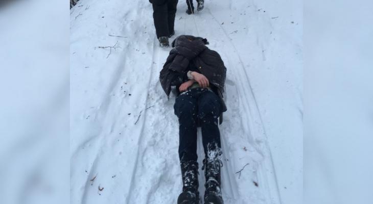 На берегу Волги недалеко от кладбища нашли замерзшего подростка без верхней одежды