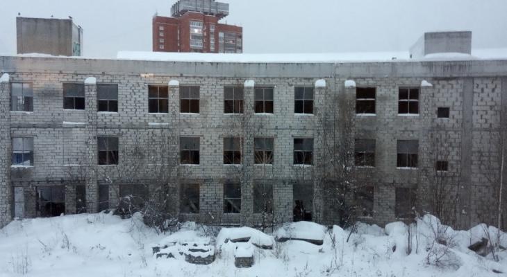 Здание, пустующее на набережной Йошкар-Олы с 2005 года, взяли под арест