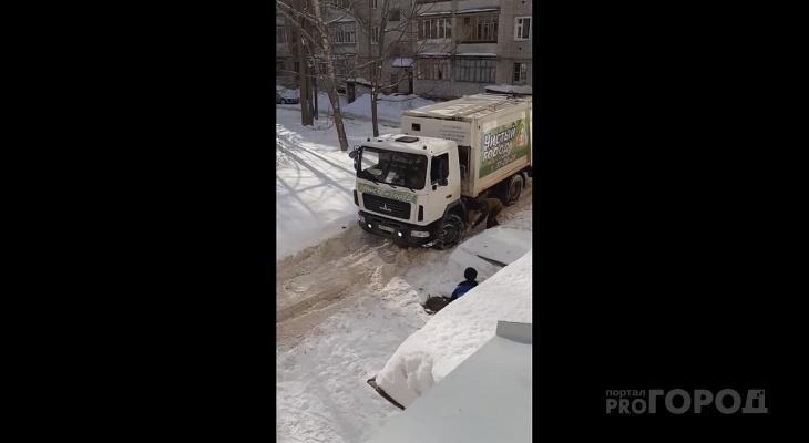 """""""В нашем дворе даже камазы застревают"""": йошкаролинка жалуется на службы по уборке снега"""