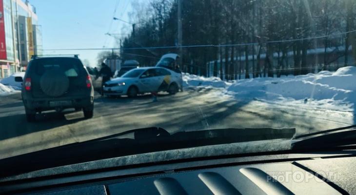 Дорога, ведущая к центру Йошкар-Олы, встала из-за ДТП с такси