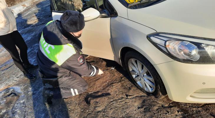 В Марий Эл сотрудники полиции помогли инвалиду заменить пробитое колесо автомобиля