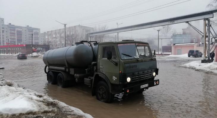 В Йошкар-Оле с улицы Чернякова откачали талые воды