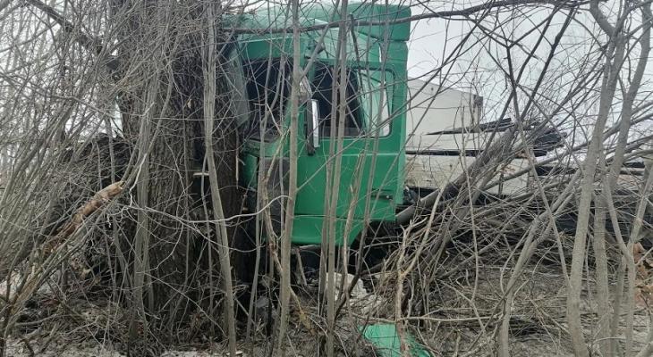 В Марий Эл МАЗ, везущий груз, съехал в кювет и врезался в дерево