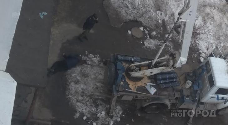 Коммунальщики разбили голову йошкаролинцу, уронив на него рулон профнастила
