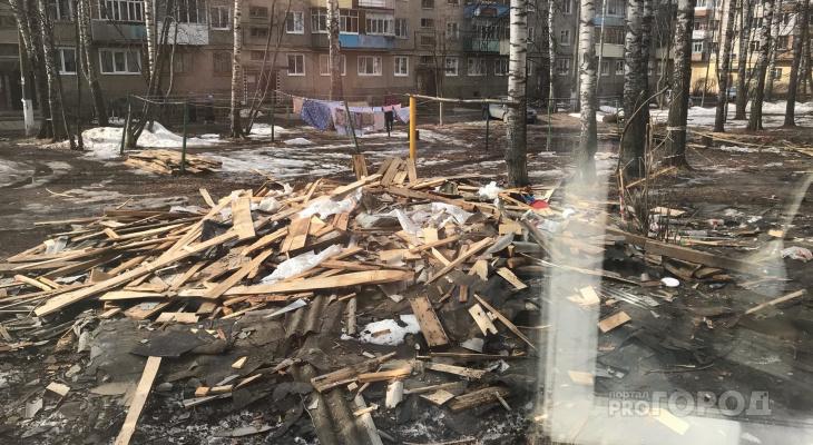 В Йошкар-Олинском дворе коммунальщики оставили гору строительного мусора