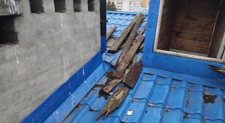 На одной из покатых крыш домов в Йошкар-Оле лежат большие гнилые доски