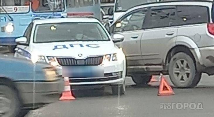 В Йошкар-Оле столкнулись иномарка и авто ГИБДД