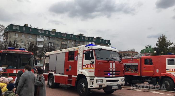 Тушить пожар в ДК имени ХХХ-летия победы приехало 37 человек