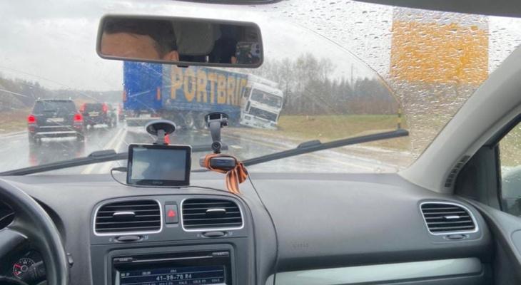 """""""Развернуло на 180"""": на трассе «Йошкар-Ола – Чебоксары» с дороги вылетел большегруз"""