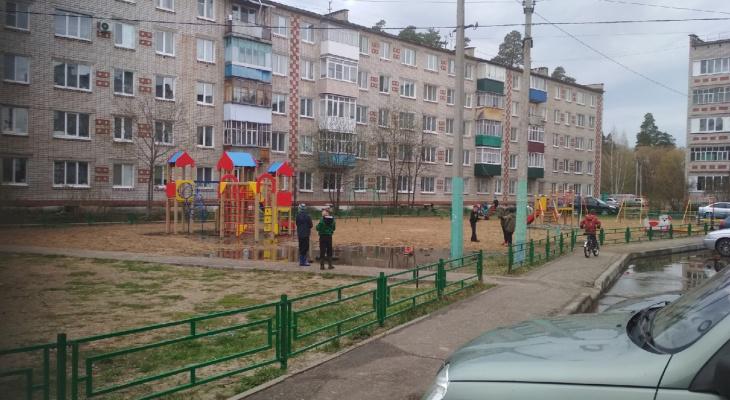 Дети играют на затопленной нечистотами площадке: в Звенигово четвертый день текут канализации