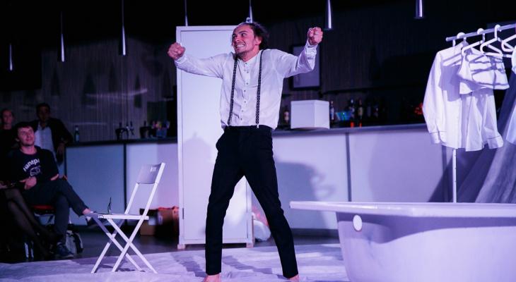 «Кто-то пьет, а кто-то употребляет что посерьезней»: актер драмтеатра рассказал о жизни по ту сторону сцены