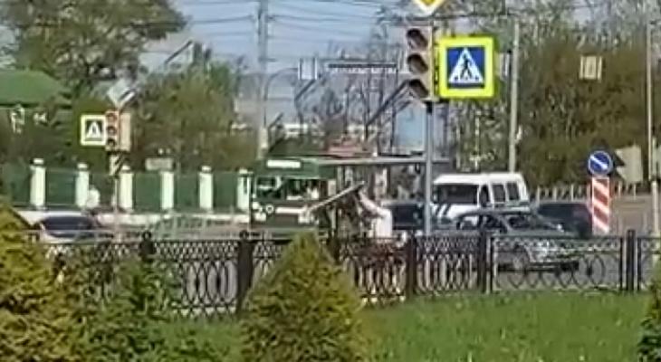 «Весеннее обострение или гражданский долг?»: йошкаролинцы сняли на видео женщину, гнущую дорожный знак