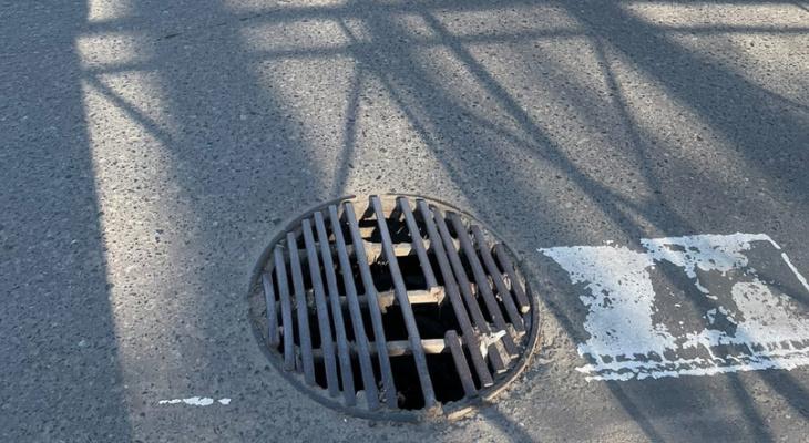 «Вам детей не жалко?»: сломанный канализационный люк в Йошкар-Оле может обернуться травмой
