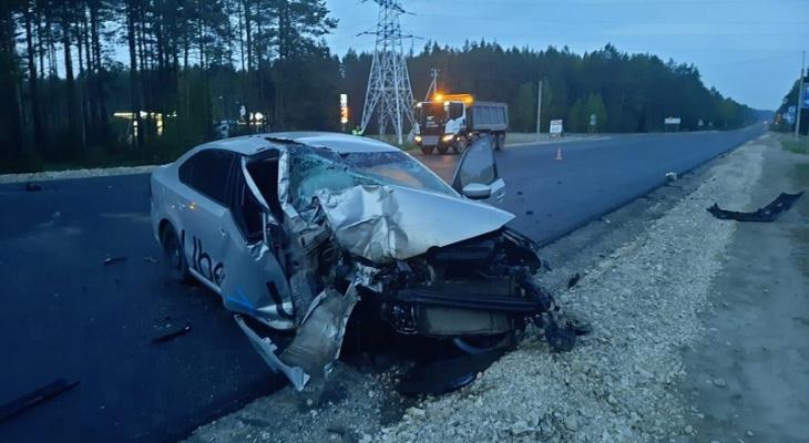 «Авто стояло с ночи до утра»: в Марий Эл молодой таксист врезался в стоящий на трассе грузовик