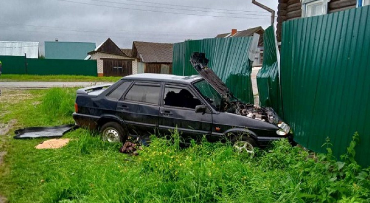 В Марий Эл молодой автомобилист напился и «улетел» в железный забор