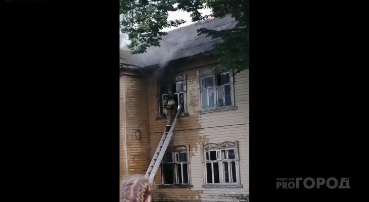 В центре Йошкар-Олы на Гоголя вспыхнул старый деревянный дом