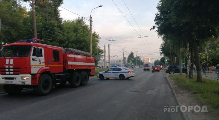 Около тридцати пожарных тушили деревянный дом в центре Йошкар-Олы