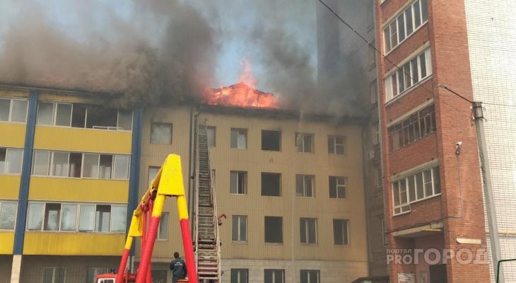 В центре Йошкар-Олы на Пролетарской полыхает здание: жильцов эвакуировали, огонь перебросился на квартиру