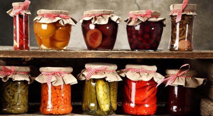 Острый соус из фруктов и кабачковое варенье: подборка необычных заготовок из овощей с дачи