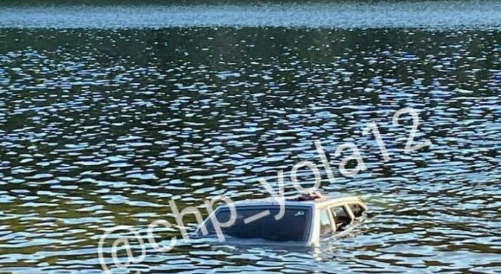 В выходные на одном из озер Марий Эл утопили автомобиль