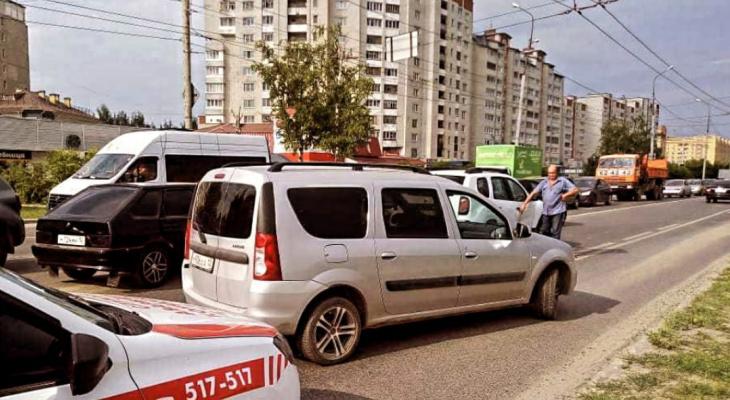 «Ни проехать, ни пройти»: в Йошкар-Оле легковушка перекрыла Йывана Кырли