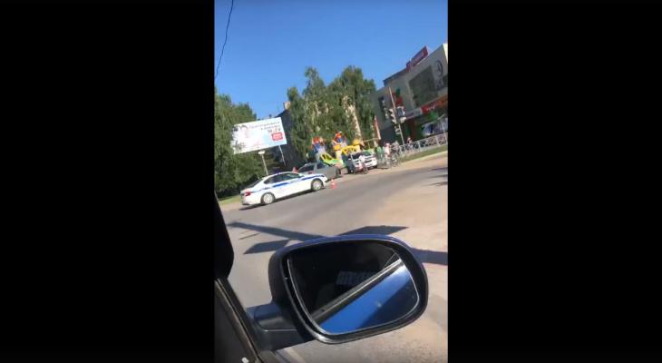 «Легковушки вынесло на тротуар»: в Йошкар-Оле трехлетняя девочка пострадала в ДТП на перекрестке
