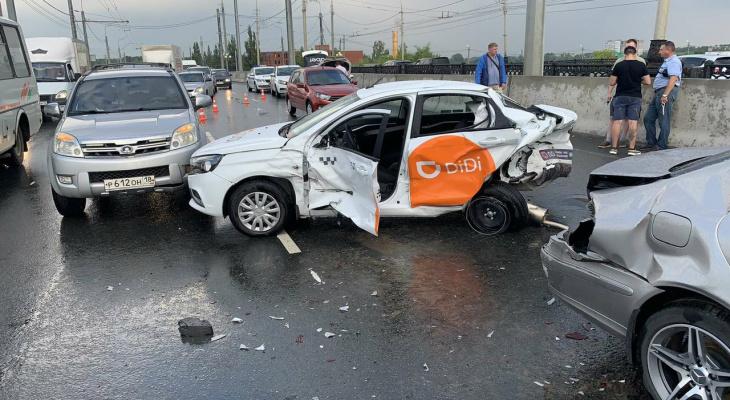 «Половины машины нет»:девять авто столкнулись на Центральном мосту в Йошкар-Оле