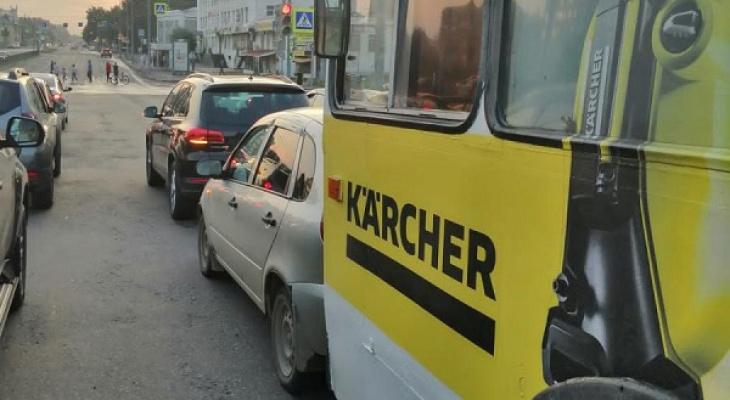 Женщина за рулем троллейбуса спровоцировала очередное массовое ДТП в Йошкар-Оле