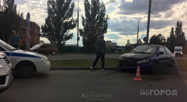 «Иномарка прорыла собой газон»: в центре Йошкар-Олы произошло ДТП