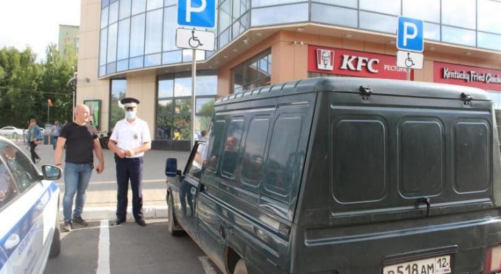 Сотрудники ГИБДД проверили парковки для инвалидов в Йошкар-Оле