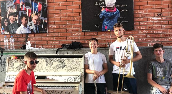 «Мы не чувствуем себя звездами»: музыканты, играющие под Благовещенской башней в Йошкар-Оле,рассказали о себе