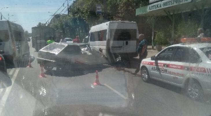 В Йошкар-Оле произошло серьезное ДТП с участием микроавтобуса