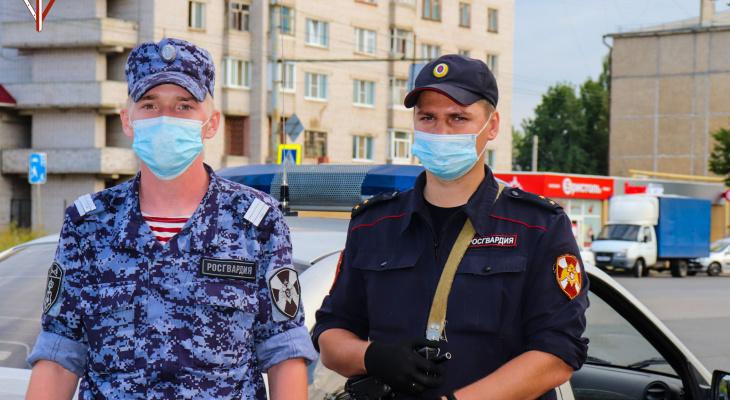 «Дверь заблокировало от удара»: в Йошкар-Оле пострадавшей в ДТП пассажирке легковушке помогли росгвардейцы