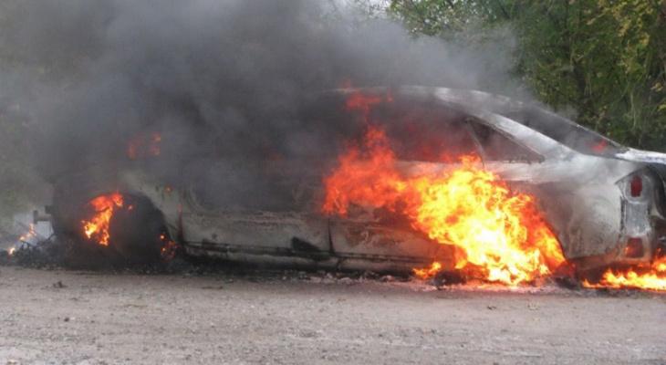 «Из отсека двигателя валил дым»: на Карла Либкнехта в Йошкар-Оле вспыхнул автомобиль