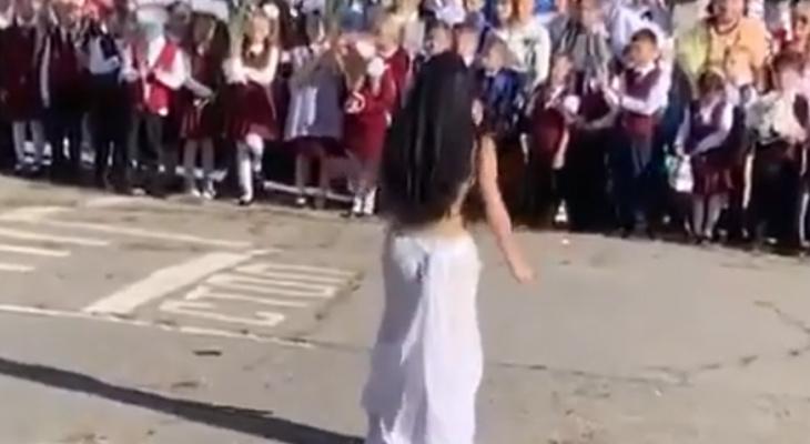 «Изображала птицу счастья»: Российская учительница исполнила танец живота перед первоклассниками