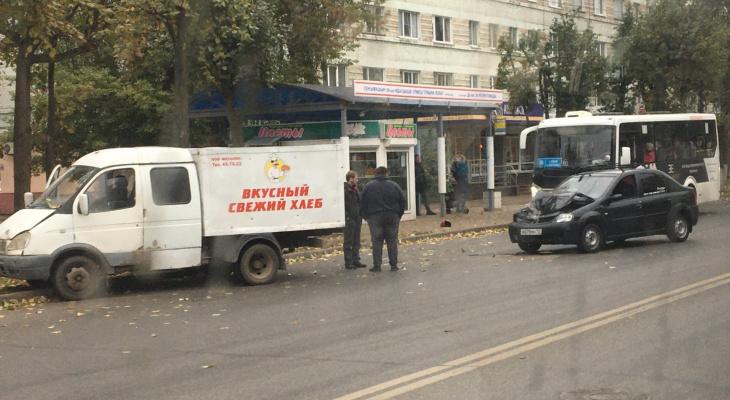 «Из-за этого перебои с поставкой хлеба?»: в Йошкар-Оле легковушка влетела в ГАЗель с выпечкой