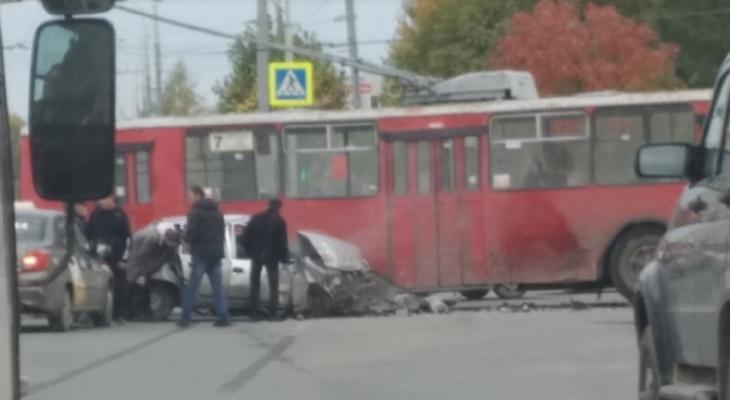 На улице Петрова произошло серьезное столкновение иномарки и троллейбуса