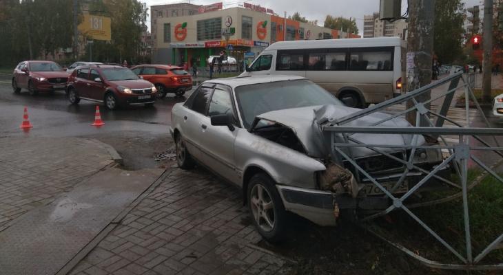 «Иномарки не поделили дорогу»: в центре Йошкар-Олы произошла авария